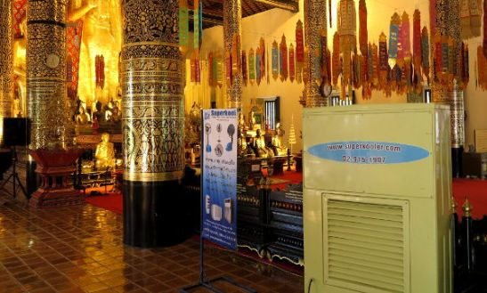 Vähän irvokasta että temppelissä olevan ilmastointilaitteen vieressä on ilmastointifirman mainos.