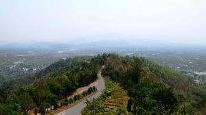Tha Ton sijaitsee kukkuloiden ympäröimänä jokilaaksossa.