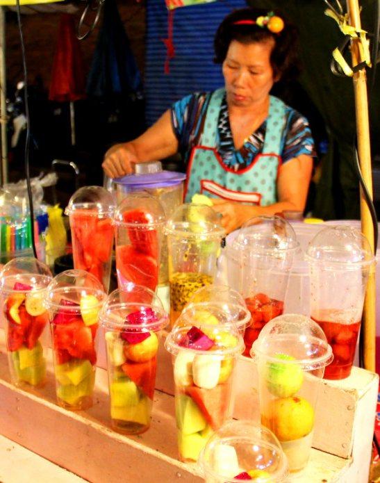 Tällaisia mehukojuja on yleensä aina siellä missä on muutenkin ruokakojuja, ainakin iltamarkkinoilla. Niissä on hedelmää ja usein ikävä kyllä myös sokerilientä. Joukkoon laitetaan jäämurskaa ja hurautetaan blenderillä paksuksi mehuksi. Jään käyttöä ei Thaimaassa tarvitse varoa, jäät tulevat tehtailta ja ovat tehtyjä puhtaaseen veteen.