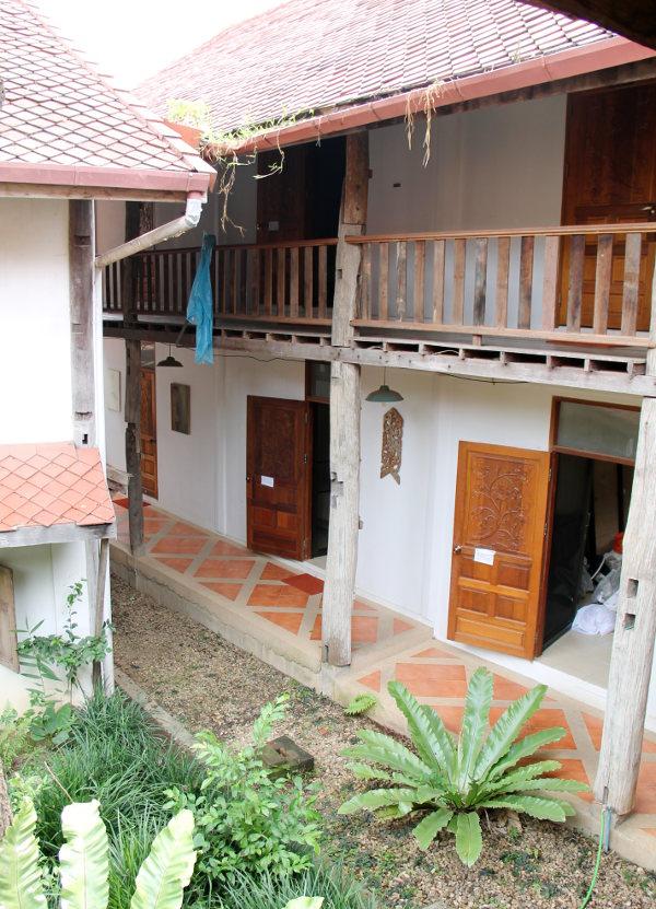 Nugentin huoneet ovat kaksikerroksisessa talossa.