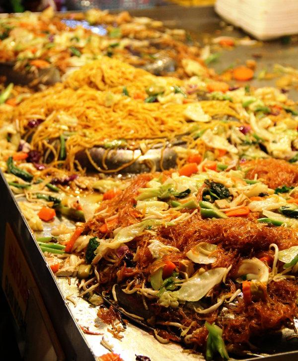 Kolmea eri sorttia nuudeleita vihannesten kera. Näiden nimi sentään taisi selkeästi olla pad thai, joka on aina tietynlainen nuudeliannos, johon voi lisätä murskattua maapähkinää ja limeä. Pad khao taas on paistettua riisiä, jossa kuten pad thaissakin, on aina munaa ellei toisin pyydä. Ja kasviksena perässä on sana phak, pad thai phak ja pad khao phak.