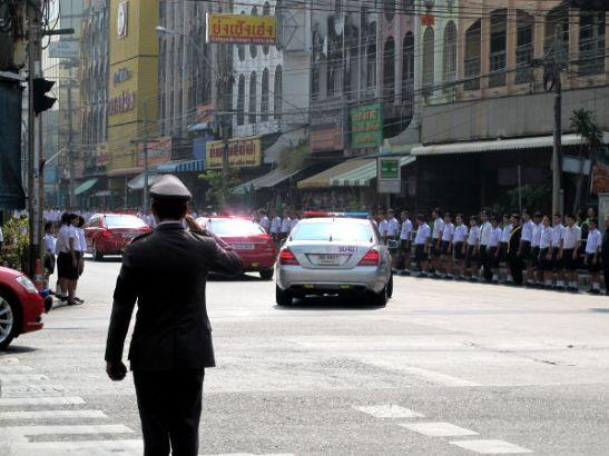 Kun joku virkaa tekevä kulkee, pysäytetään liikenne. Tätä näkee usein etenkin Banglamphussa ja Dusitissa Bangkokissa, koska siellä päin on monia ministeriöitä ja myös kuninkaan palatsi.