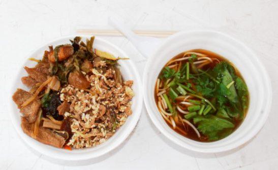 Ruokaa torilta. Vasemmalla alla riisiä ja päällä kolmea eri ruokaa. Ja oikealla lientä, johon sain lisätä tuoreita yrttejä ja vihanneksia.