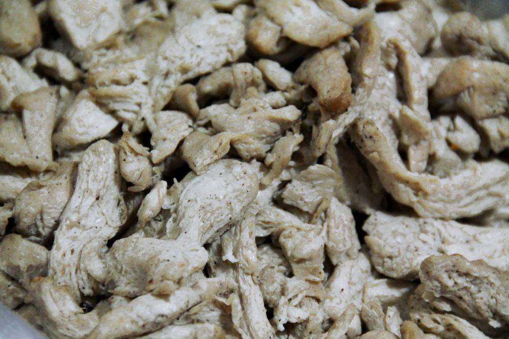 """Paistettuja sieniä. Kun valitsin näitä ruokaani, kysyin """"tofuu"""" ja sain nyökkäyksiä. Syödessäni huomasin että sieniähän nämä ja sen jälkeen osoitin niitä myyjälle """"het"""" (sieni) ja sain siihenkin nyökkäyksiä."""