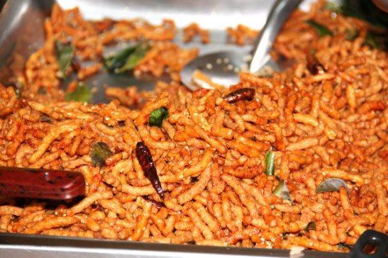 Paistettuja pieniä rapeita soijasuikaleita, jotka näyttävät friteeratuilta toukilta.