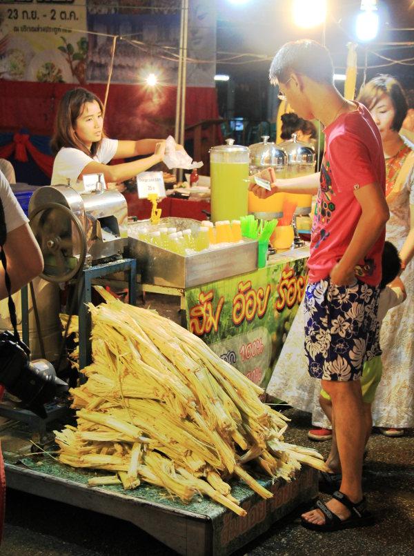 Tässä tehdään sokeriruokomehua Thaimaassa, Intian mehukojut ovat melko vastaavia, tosin yleensä pyörien päällä kulkevia kärryjä.