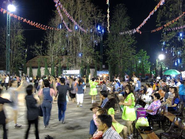 Lauantain kävelykadun varrella oli alue, jossa oli lava katsomoa ja tilaa tanssia.