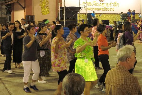 Chiang Rain mielenkiintoisinta antia oli tanssiaiset iltatorin yhteydessä. Ihmiset köpöttelivät luk thung-iskelmän tahdissa ringissä tehden käsillä kaikenlaisia liikkeitä ja vieläpä samanaikaisesti.