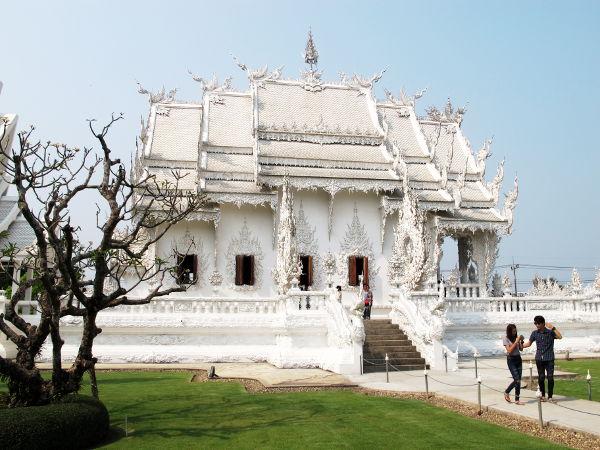 Wat Rong Khun sivusta, puiston puolelta katsottuna.