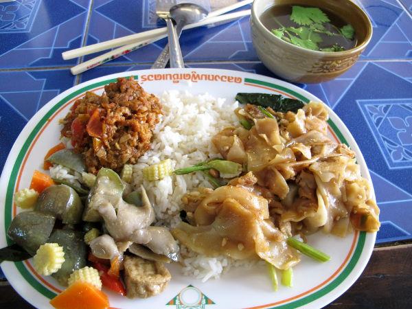 Ruokaa bussiaseman vieressä olevasta kasvisravintolasta. Vaikka näiden ravintoloiden mössöt näyttävät yleensä aika samoilta, niin mauissa on eroja.