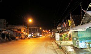 Tämä kuva on pohjoisthaimaalaisen Thatonin kylänraitilta, mutta Koh Lanta päätie ei ole moninkaan paikoin näin valoisa pimeän aikaan.
