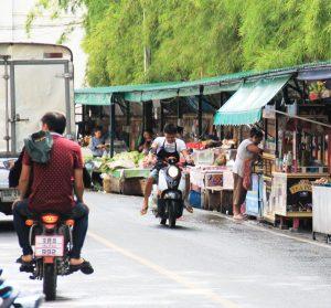 Ostokseni tein tällaisella kadulla läntisessä Chiang Maissa.
