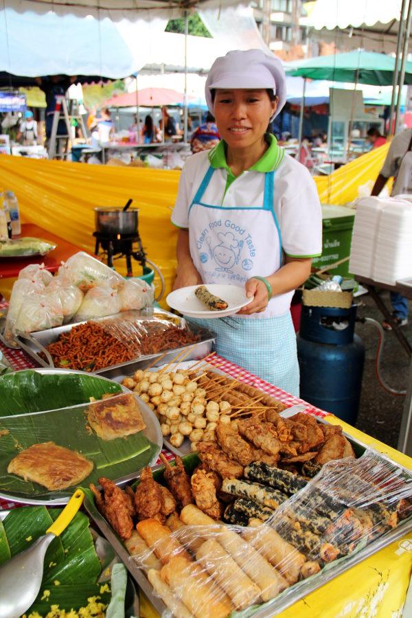 Vegemakkaroiden myyjä Chiang Main Thapae Gatella.