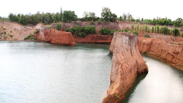 Kanjonia kutsutaan myös Chiang Main kanjoniksi. Ilmeisesti sieltä on kaivettu maa-ainesta, joka joissain kohdissa on ollut lujempaa ja siten pystyyn on jäänyt tällaisia kapeita kaistaleita kukkuloiksi veden yläpuolelle.