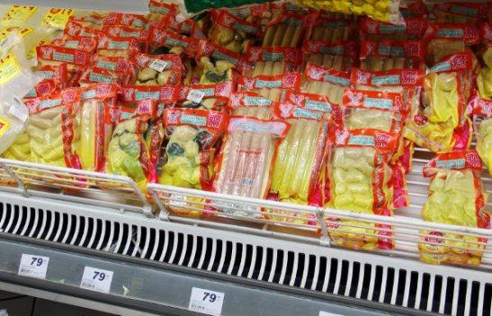 Kahden euron nakki- ja muita kasvisruokapakkauksia supermarketissa. On merileväistä kalamaista hommaa ja muunlaisia paloja.