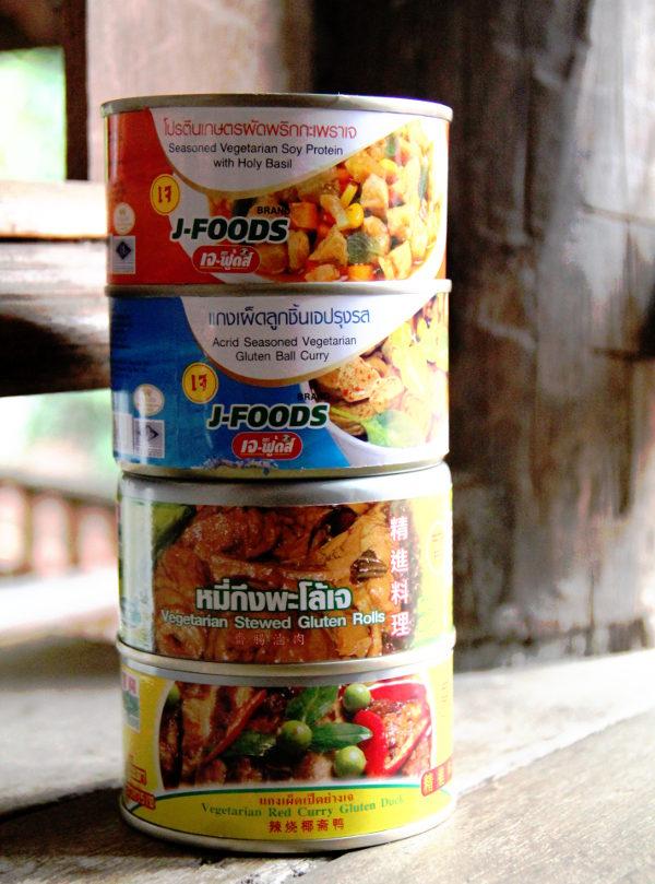 Tällaisina säilykkeinä voi löytää erilaisia soija- ja seitanlihoja maustekastikkeissa. Näitä on supermarketeissa ja usein myös halvat kasvisravintolat myyvät näitä.