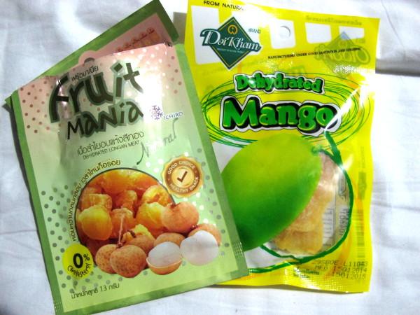Ostan yleensä kuivahedelmiä makeannälkääni. Nehän eivät ole pelkästään kuivattuja hedelmiä, vaan myös sokerissa ja ehkä myös rasvassa kyllästettyjä.