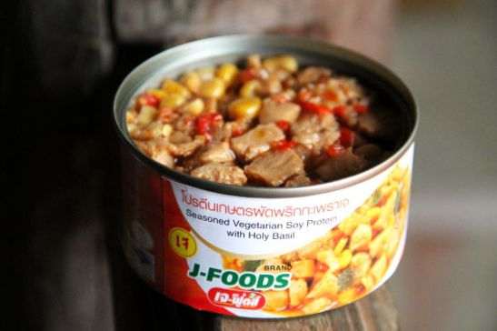 Maustettua soijaproteiinia purkissa.  Näitä voi löytää supermarketeista ja kasvisravintoloiden myyntihyllyiltä.