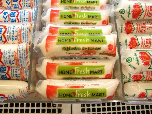 """Tämmöisinä pötkylöinä voi ostaa pehmeää silkentofua. Pitää vaan olla tarkkana, kellertävissä tällaisissä on """"eggtofua"""".  Nämä maksavat yleensä jotain 25 senttiä."""