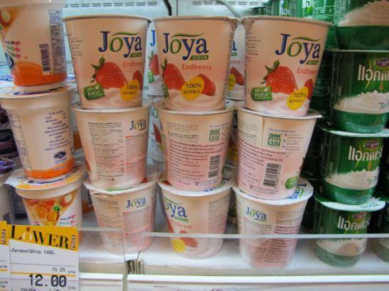 Soijajugurtteja Bangkokin Siam Paragonissa. Muuten en ole soijajugurtteja missään nähnyt.