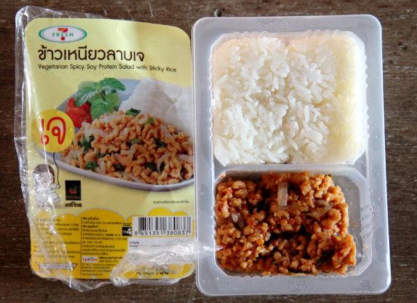 Laab-salaatti soijaproteiinista tehtynä sticky ricen kera löytyi kylmäkaapista kasvisfestareiden aikaan.