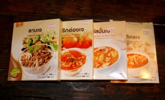 Löysin tällaisia valmisruokia ja -kastikkeita ostoskeskuksesta. Pakkausten sisällä on vakuumipussit valmista tofuruokaa.