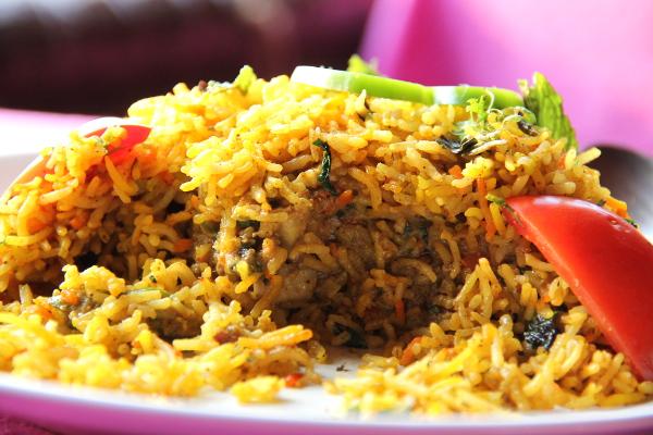 Kasvisbiriyani tilattuna ilman paneerjuustoa on lempiruokani Papillonissa. Paistetun riisin sisällä on mehevästi kastiketta.