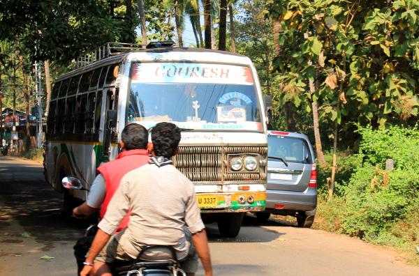 Busseja lähtee Palolemin rannan tuntumastakin ainakin Margaoon ja ihan kuin Goan pääkaupunki Panajiin (lausutaan Panchim) olisi näyttänyt menevän suora bussi.