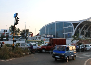 Goan lentokenttä. Tie, jota bussit kulkevat, menee ihan vieressä.