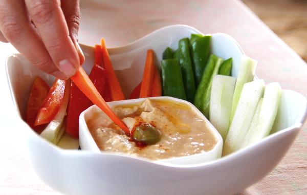 Hummusta ja vihannestikkuja April 20 -ravintolassa Patnemin rannalla, joka sijaitsee ihan Palolemin eteläpuolella.