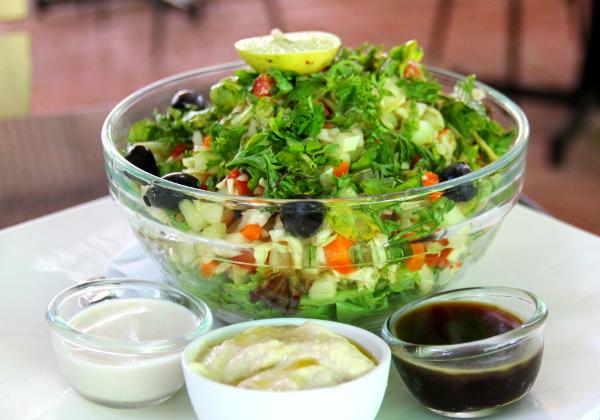 Cafe Innin israeli salad sisälsi ainakin pieneksi hakattua tomaattia, kurkkua ja kaalia sekä salaattia, oliiveja ja persiljaa. Kastikkeeksi oli balsamicoa ja tahinia ja keskimmäiseksi kupiksi tilasin vielä hummusta lisäksi. Tämä iso salaatti taisi maksaa 270 rupiaa ja lisähummus 60 rupiaa, eli yhteensä noin 4,3 euroa.
