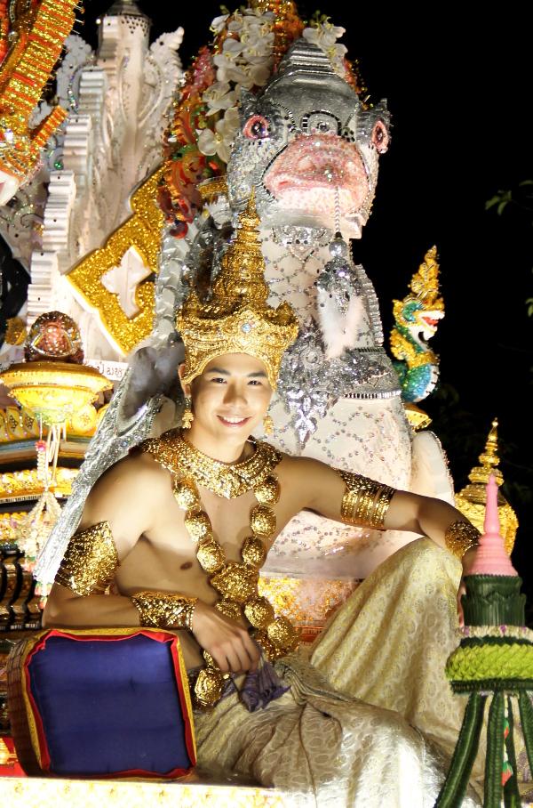 Paraativaunuissa oli koristeltuja ihmisiä, jotka näyttivät jumalilta.