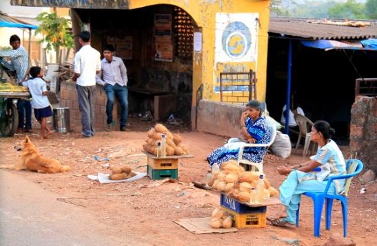 Kookospähkinöiden myyjiä matkalla Vascosta Margaoon.