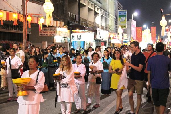 Minua häiritsi kovasti, kun turistit kävelivät ikään kuin paraatin mukana tien laidalla. Thaimaalaiset pysyttelivät paikoillaan jalkakäytävällä (kun eiväthän thaimaalaiset kävele!), mutta olisivat turistitkin voineet kävellä jalkakäytävillä.