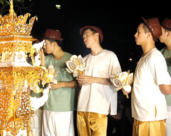 Kultaisiin pukeutuneet pojat odottelemassa.