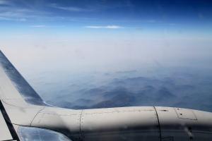 Haluan aina ikkunapaikan voidakseni katsella maisemia. Intian yllä näkyi kuivuutta ja vuoria.