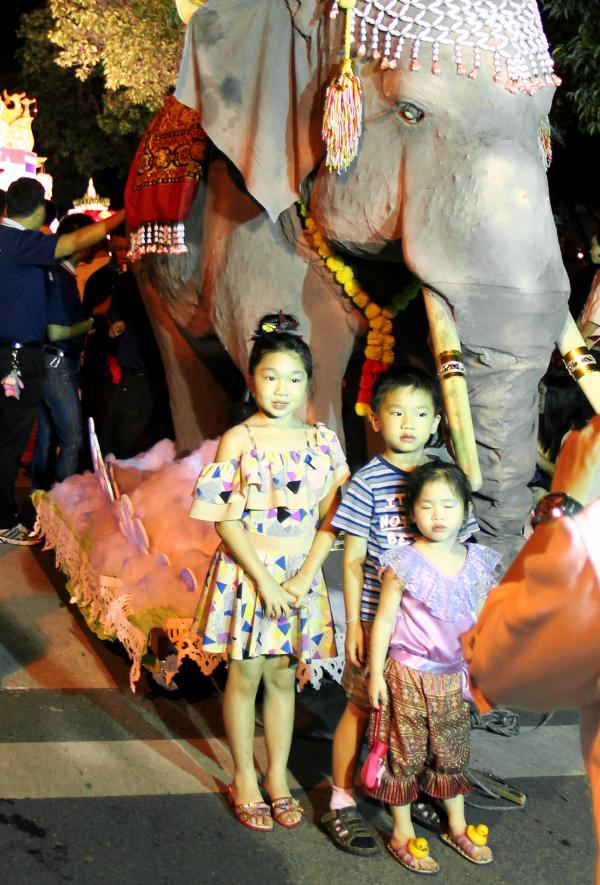 lapset norsupatsaalla