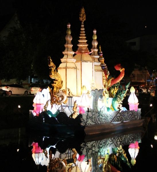 Koristeltu lautta vanhaa kaupunkia ympäröivässä kanavassa Chiang Maissa.