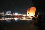Lyhtyjen vapauttamista Ping-joen rannalla Chiang Maissa.