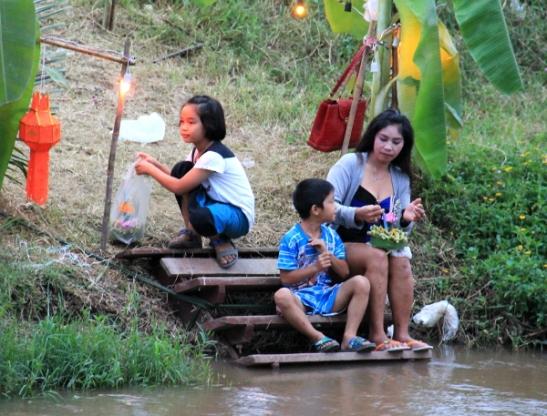 Perhe kanavan rannalla Chiang Main Hang Dongissa.
