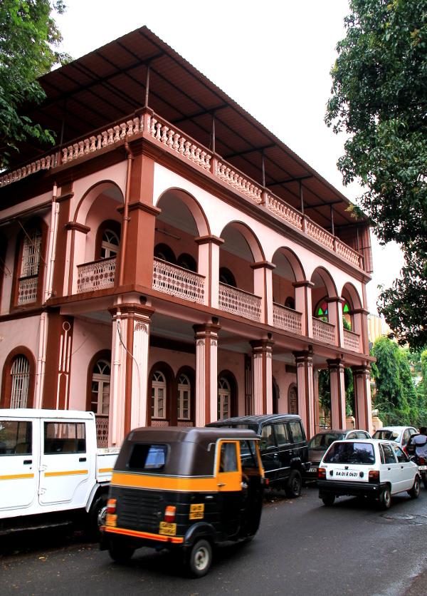 vaaleanpunainen talo