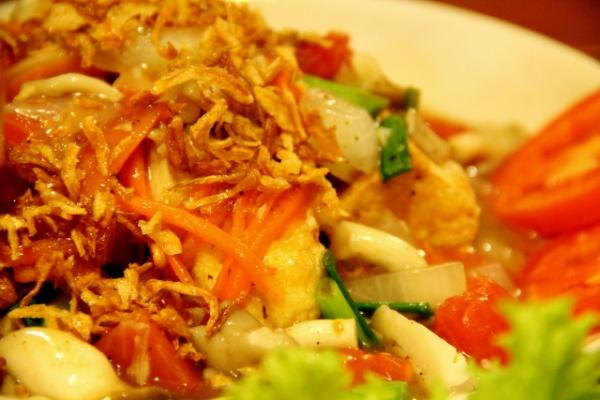 Friteerattua tofua ja vihanneksia.