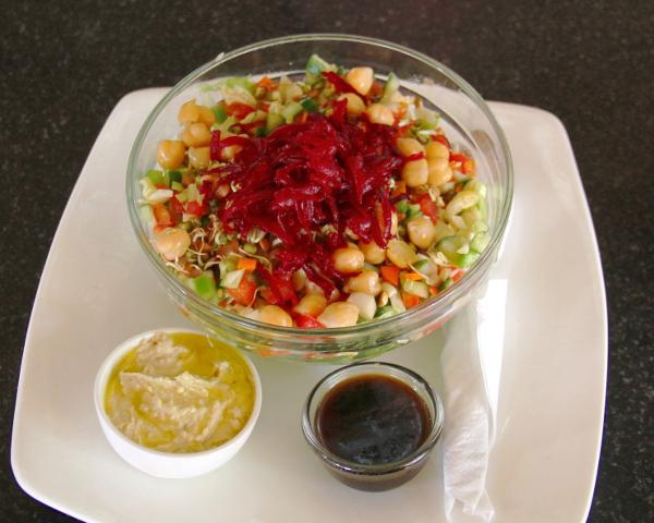 Cafe Innin Healthy Saladissa oli raastettua punajuurta, kikherneitä ja linssin ituja.