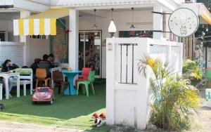 Chiang Maissa jännät kahvilat ja ravintolat voivat löytyä yllättävistä paikoista, kuten tässä hiljaisella sivukadulla asuintalojen siimeksestä.