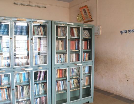 Koulun kirjasto.