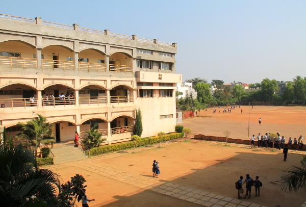 Koulun piha.