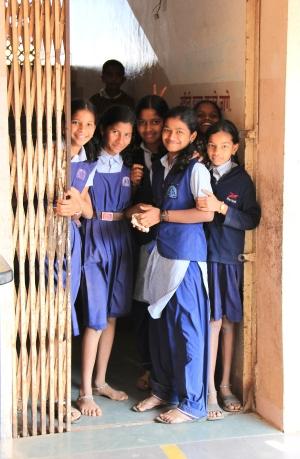 Intialaisia koulutyttöjä.