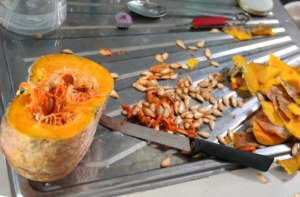 Kurpitsacurrya varten leikkasin paksun kuoren pois ja rapsutin siemenet. Yritin kyllä paahtaa siemeniä erikseen soijakastikkeen kanssa, mutta ne jäivät puiseviksi.