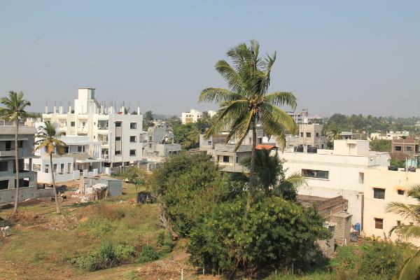 Maisema koulun katolta. Jos Intiassa joutuisi asumaan, olisi kattoterassi mieletön juttu. Ylhäältä päin kaikki näyttää siistimmältä kuin katutasolta katsoen.
