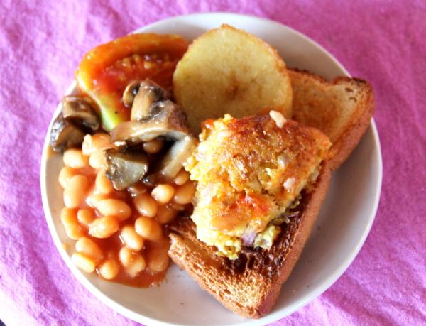 Otin kanssasyöjältä maistiaiset englantilaisesta aamiaisesta: paahtoleipää, hash potatoes, kasvispihviä, purkkipapuja sekä paistettuja sieniä ja tomaattia.